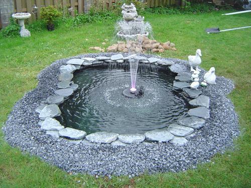 Готовый водоем, созданный с использованием плекнки для пруда
